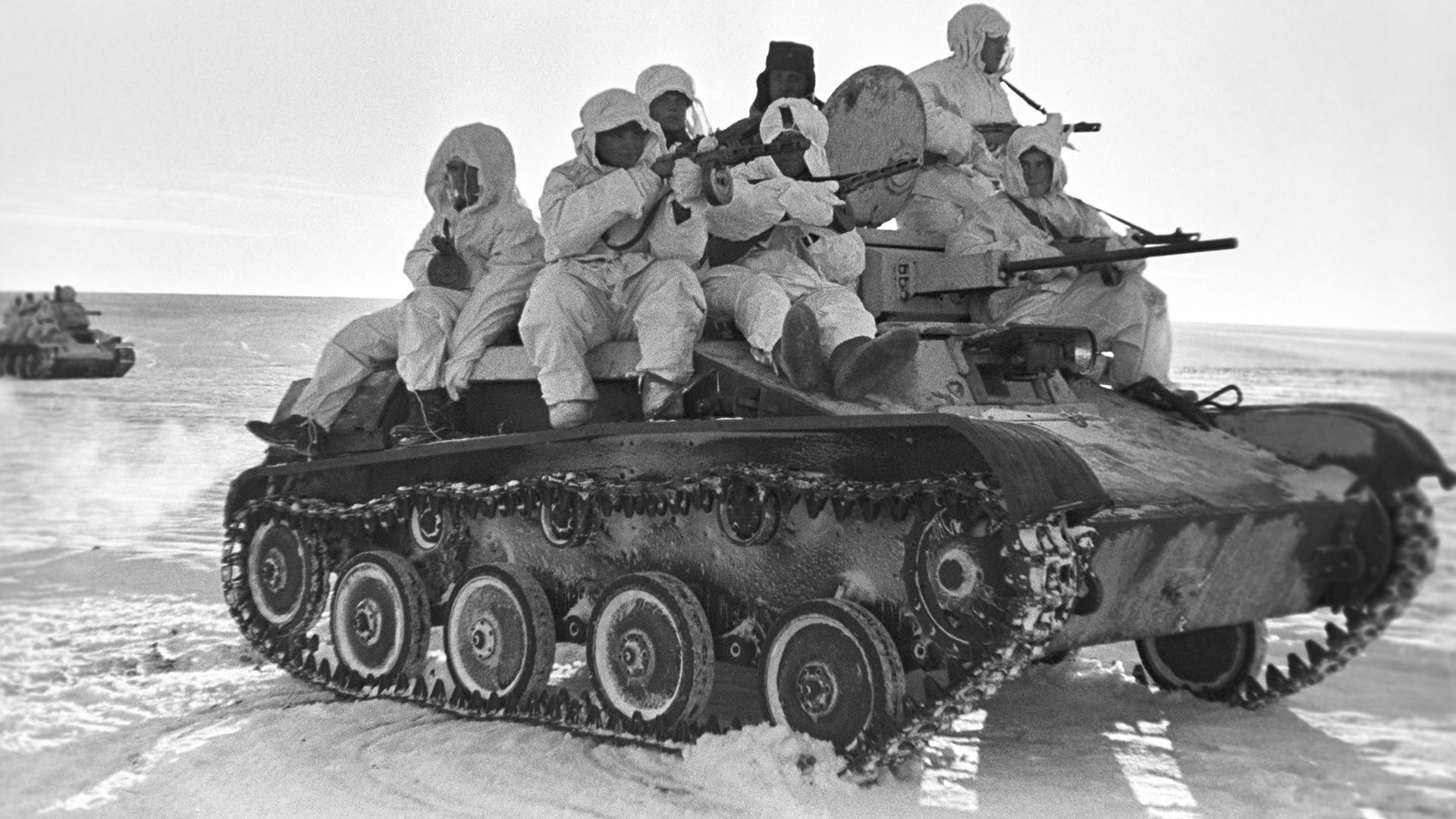 Paracaidistas del Ejército Rojo de Trabajadores y Campesinos en un tanque ligero T-60 durante una ofensiva en frente de Bránsk durante la Gran Guerra Patria