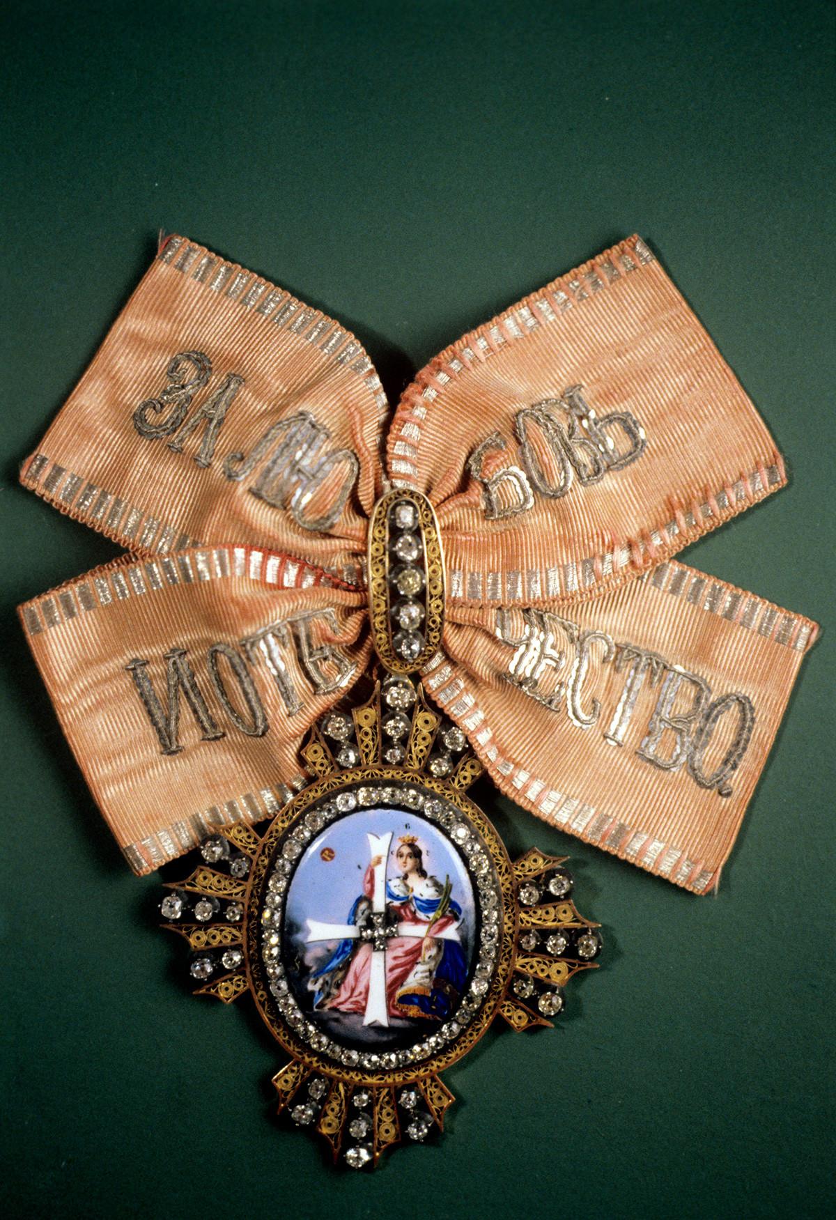 Знак Ордена свете великомученице Екатерине (или Орден ослобођења) којим су награђиване жене. Уведен је 1714. године. Колекција ордења и медаља одељења за нумизматику Ермитажа.