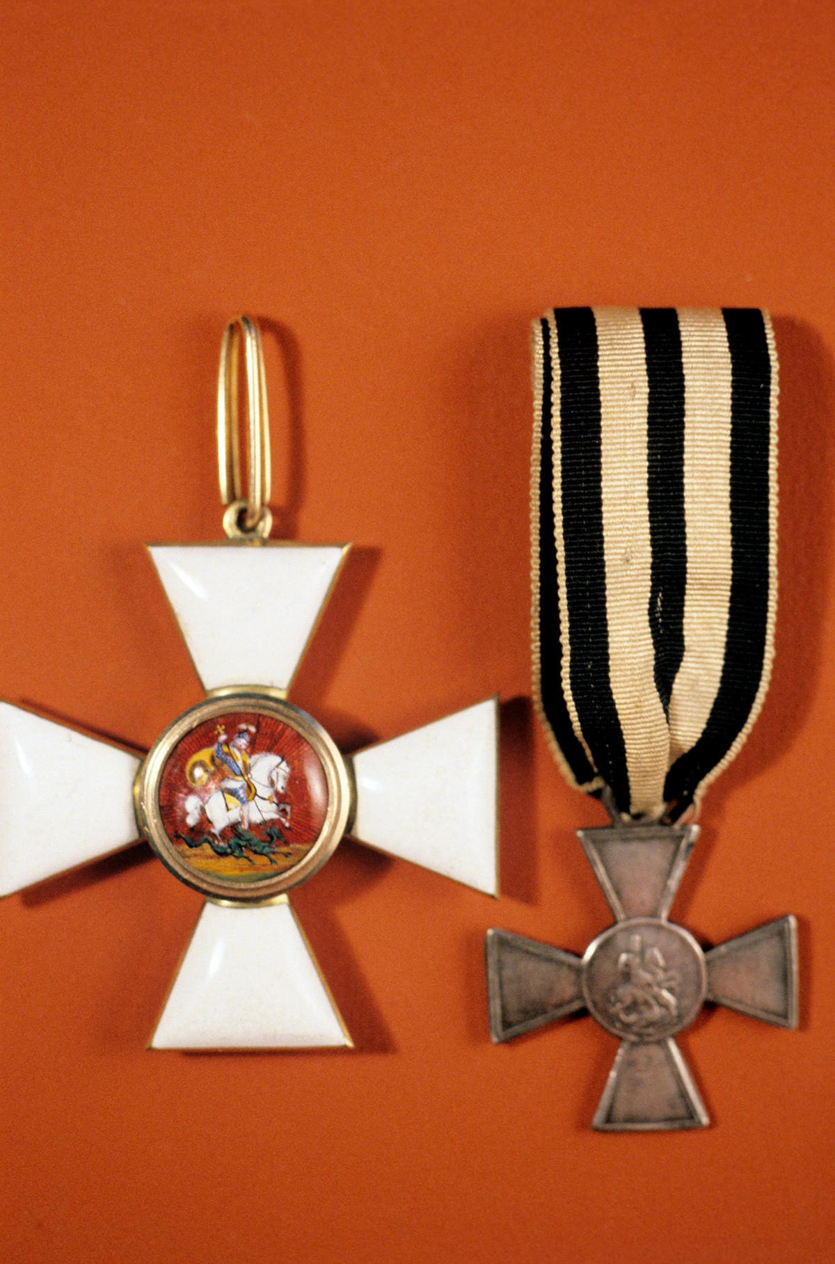 Знак Ордена светог Георгија (лево) који је 1769. године увела императорка Катарина II. Десно је знак Војничког ордена светог Георгија. Уведен је 1807. године за обичне војнике (Георгијевски крст). Колекција ордења и медаља одељења за нумизматику Ермитажа.