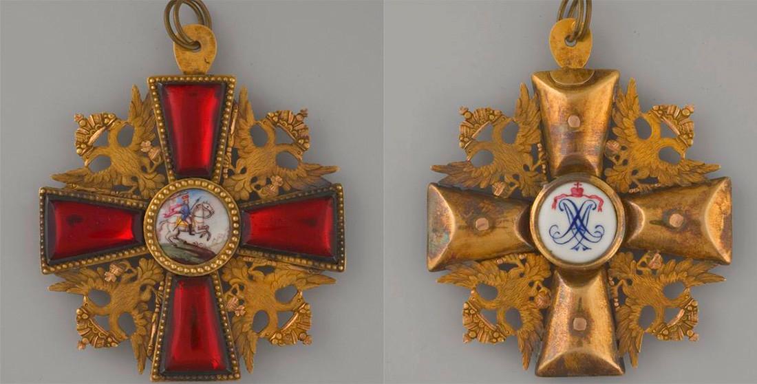 Знак у виду крста на Ордену светог Александра Невског. Лице (лево) и наличје.