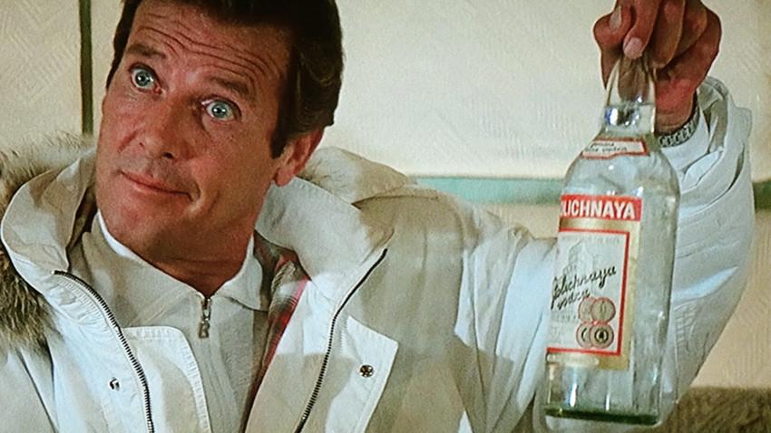 Aparição da vodka Stolichnaya  no filme de James Bond '007 - Na Mira Dos Assassinos' de 1985