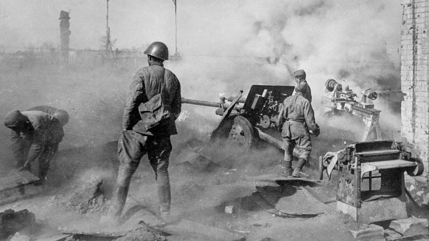 La tripulación soviética lucha contra las fuerzas enemigas que avanzan sobre Stalingrado