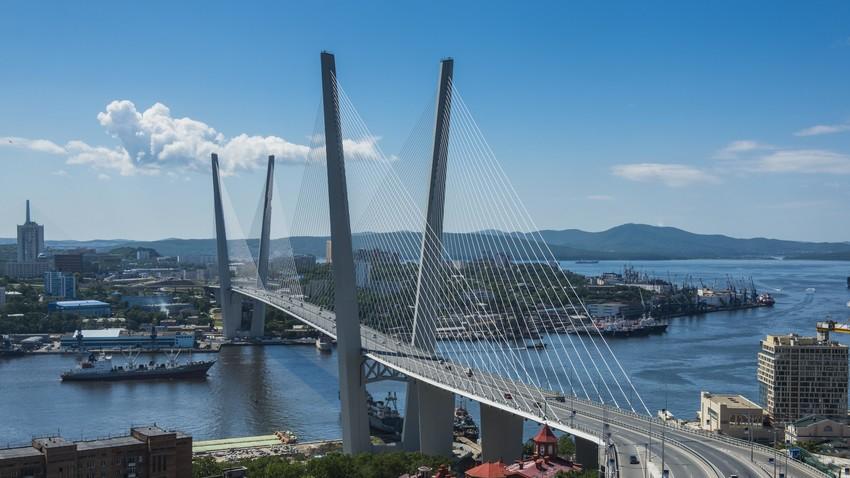 Jembatan Zolotoy (Emas), salah satu simbol Vladivostok.