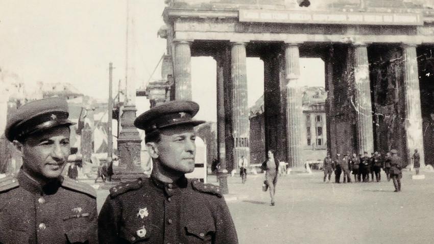 Des militaires soviétiques dans le Berlin vaincu près de la Porte de Brandebourg