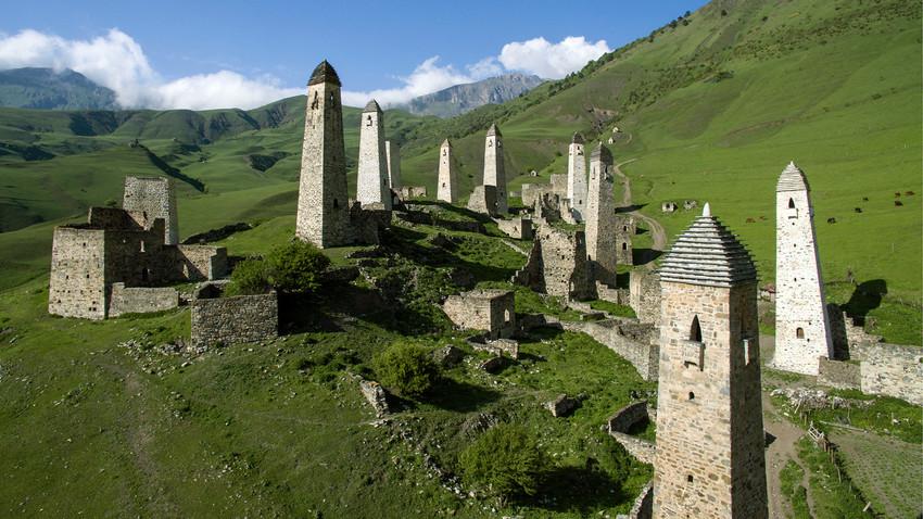 Erzi, sebuah kompleks menara abad pertengahan orang-orang Ingush di Pegunungan Kaukasus, Distrik Dzheirakh, Ingushetia.