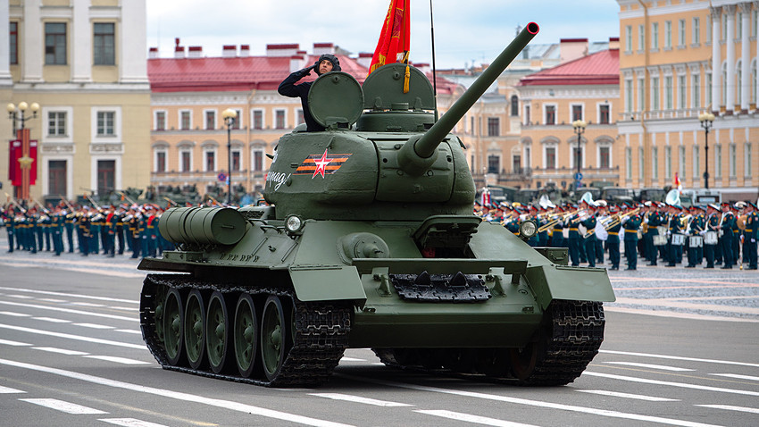 Tenk T-34 na Paradi Pobjede na Dvorskom trgu u Sankt-Peterburgu.
