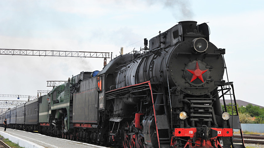 "Винтидж влакът ""Златен орел"" с парен локомотив и туристи на борда пристига в Грозни."