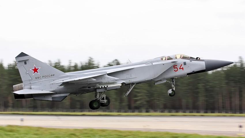 El caza ruso MiG-31durante el despegue.