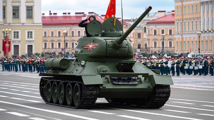 サンクト・ペテルブルクの宮殿広場で行進するT-34