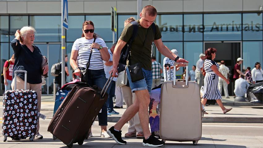 Potniki zunaj mednarodnega Ajvazovskega letališča v Simferopolu