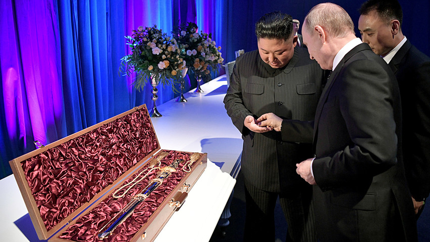 Председатель Госсовета Корейской Народно-Демократической Республики Ким Чен Ын дарит Президенту РФ Владимиру Путину корейский меч в ходе их встречи во Владивостоке.