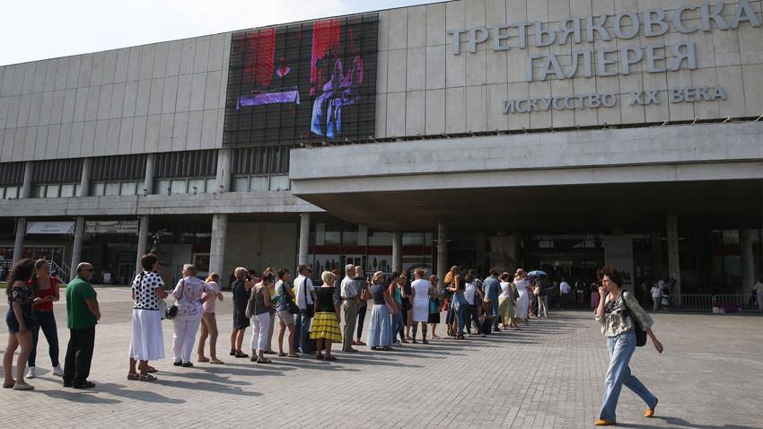 Fila para exposição de Ivan Aivazovski, em 2016