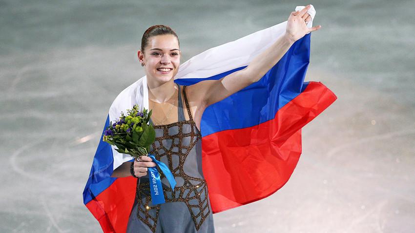 La patineuse artistique russe Adelina Sotnikova célèbre sa médaille d'or aux Jeux olympiques d'hiver de Sotchi, 2014