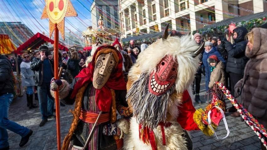 I festeggiamenti della Maslenitsa per le strade di Mosca