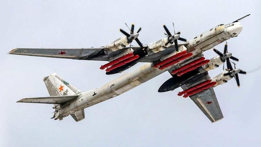 Tu-95MSM dengan rudal jelajah H-101/H-102