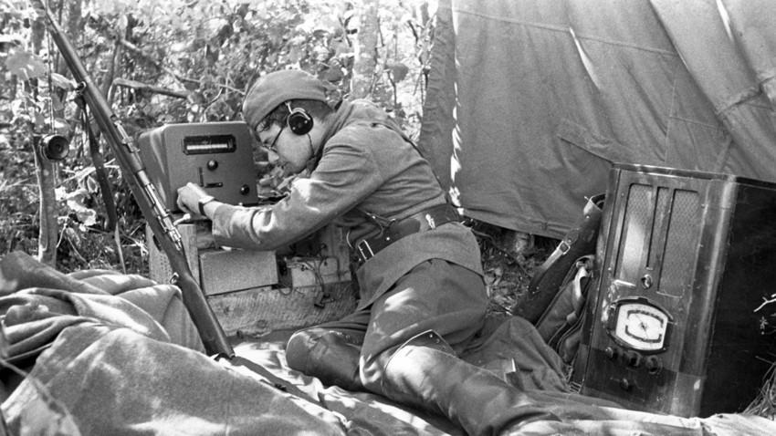 Радиотелеграфист получава новини от съветското информационно бюро, Велика отечествена война.