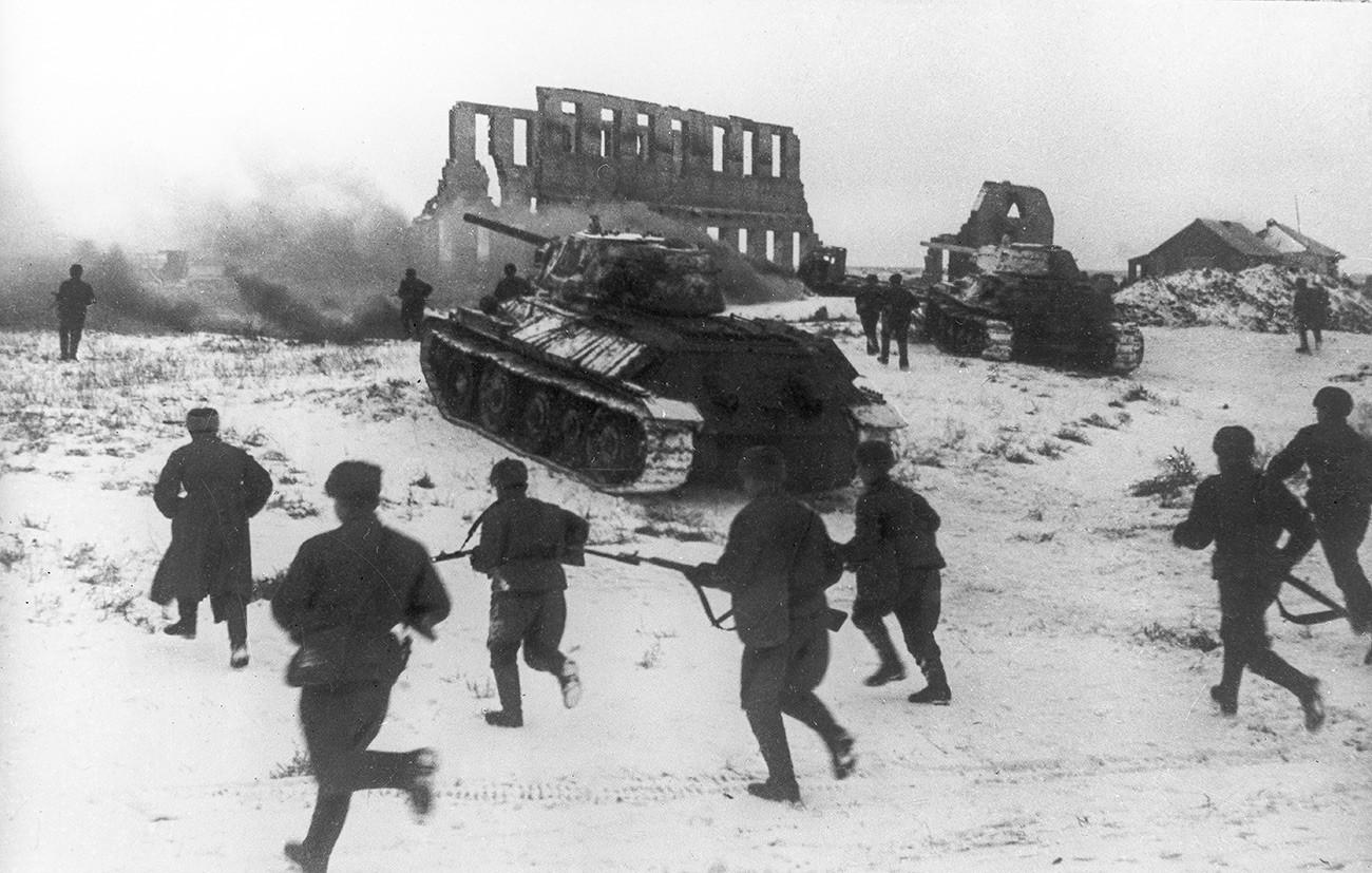ソ連軍兵士が攻撃している。1943年。
