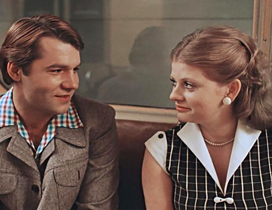 "Ludmilla dan Sergey melewati Stasiun Metro Okhotny Ryad di Moskow dalam film ""Moscow Doesn't Believe in Tears"" (1979) karya sutradara Vladimir Menshov."