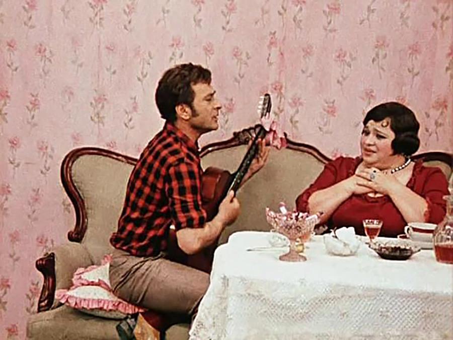 """Sebuah adegan dalam film """"The Twelve Chairs"""" karya sutradara Leonid Gaidai, 1971."""