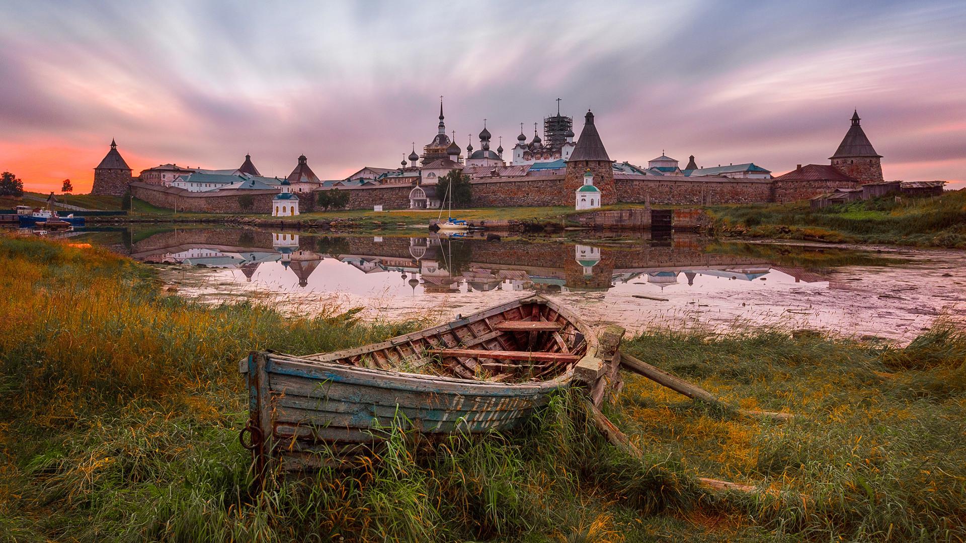 Soloveški otoki (Solovki), Rusija, znan prizor s pogledom na Spaso-Preobraženski samostan preobrazbe in Veliki stari čoln s strani Belega morja