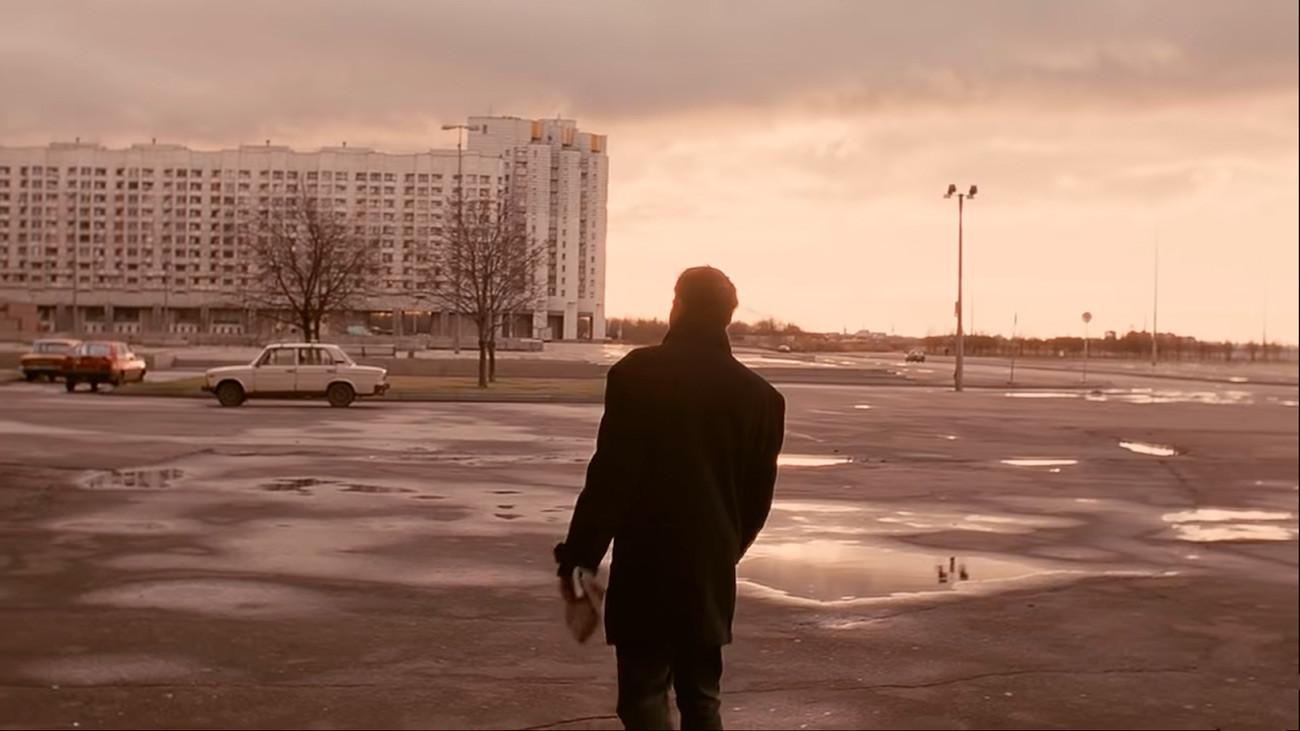 Prizor iz filma Brat režiserja Alekseja Balabanova. Danila Bagrov se sprehaja mimo zapuščenih blokov iz sedemdesetih in osemdesetih v Primorskem okrožju Sankt Peterburga.
