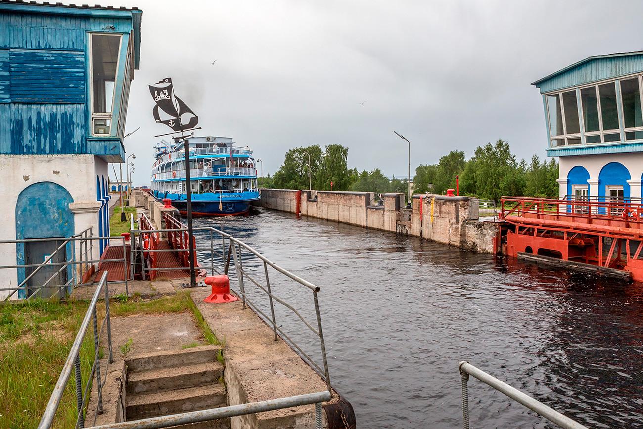 Barco de pasajeros pasa la esclusa número 2 del Canal del Mar-Báltico Blanco