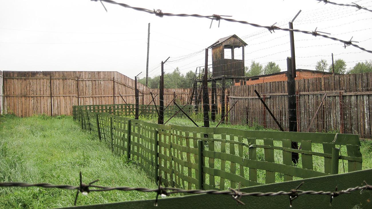 Valla y la torre de vigilancia en el campo de trabajo soviético Perm-36