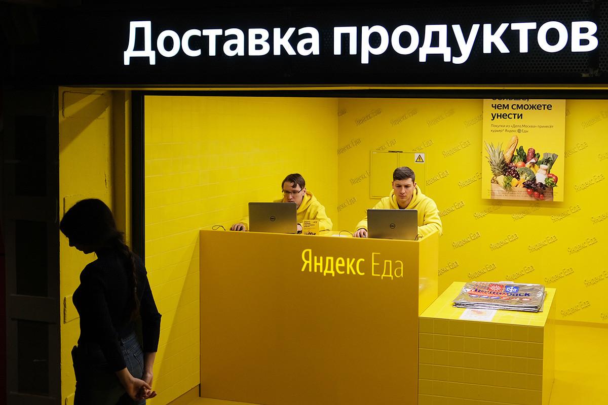 """Радни простор сервиса за доставу намирница """"Яндекс.Еда"""" на територији првог тржног центра хране """"Депо Москва"""" у рестаурираном хангару за вагоне Миуског трамвајског депоа у Лесној улици у Москви."""