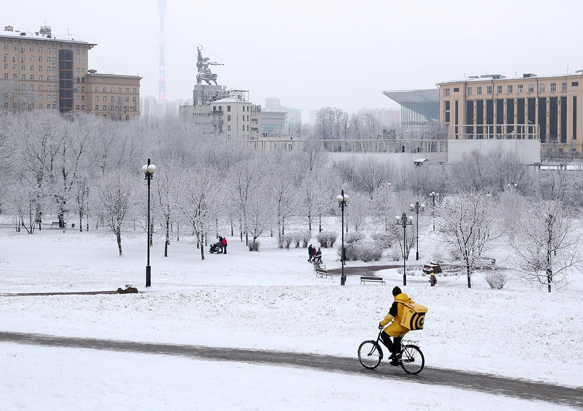 """Курир сервиса """"Яндекс.Еда"""" на бициклу у парку близу Ростокинског акведукта"""