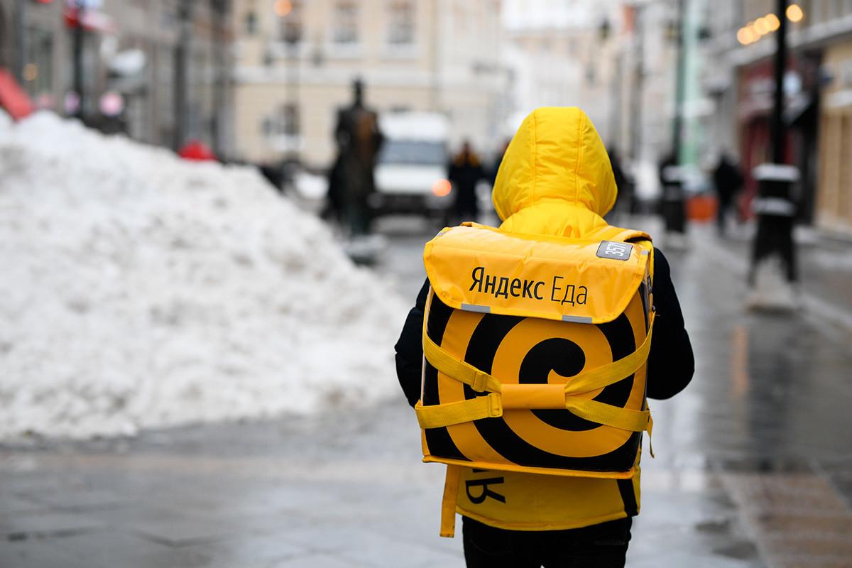 """Курир сервиса за доставу хране """"Яндекс.Еда"""" у Москви."""