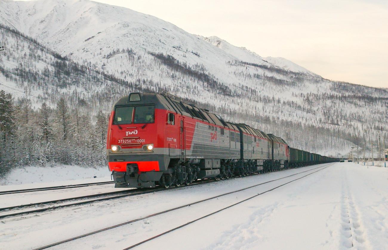 Locomotora 3TE25K2M con un tren de carga en la línea BAM