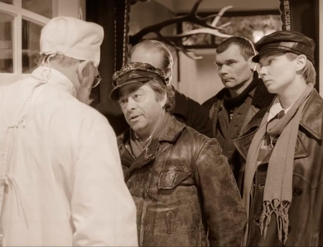 Scène du film Cœur de chien de Vladimir Bortko, d'après le roman du même nom de Mikhaïl Boulgakov. Des gérants de la maison tentent de s'approprier deux chambres dans l'appartement de sept chambres du professeur Preobrajenski.
