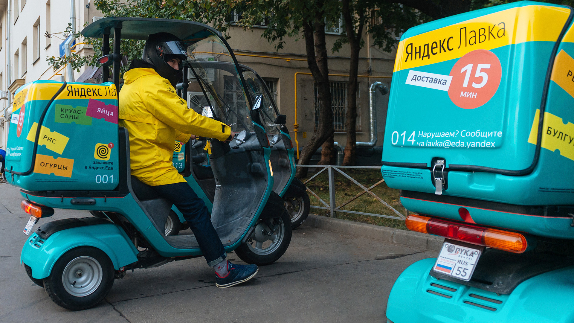 "Grocery delivery service on the house ""Yandex.Lavka"" in Moscow."
