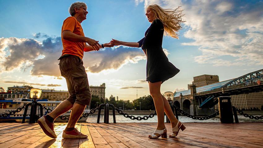 Des gens dansant sur les quais de la Moscova