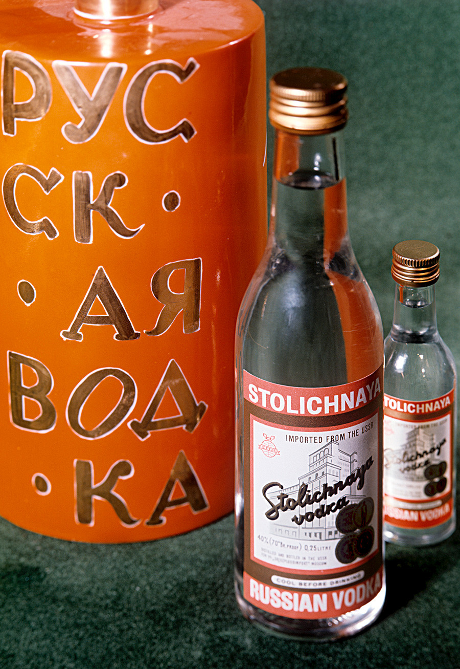 Vodka Stolichnaya de la destilería de licor y vodka de Moscú. 1970