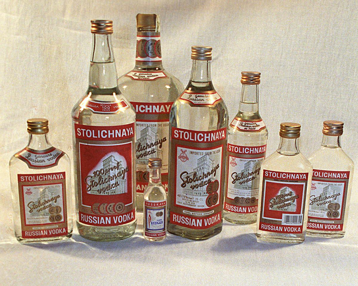 Vodka Stolichnaya  producido en la Destilería Kristall de Moscú. 1991