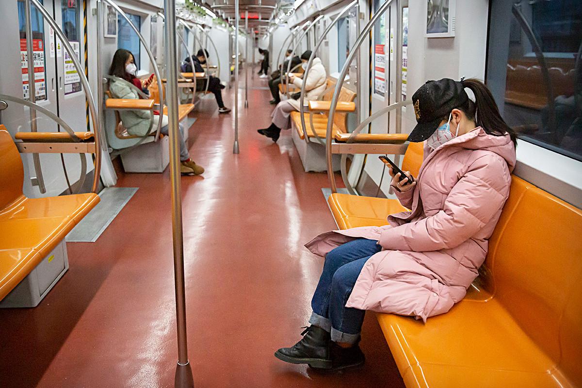 ラッシュアワー中の北京地下鉄、2020年2月1日
