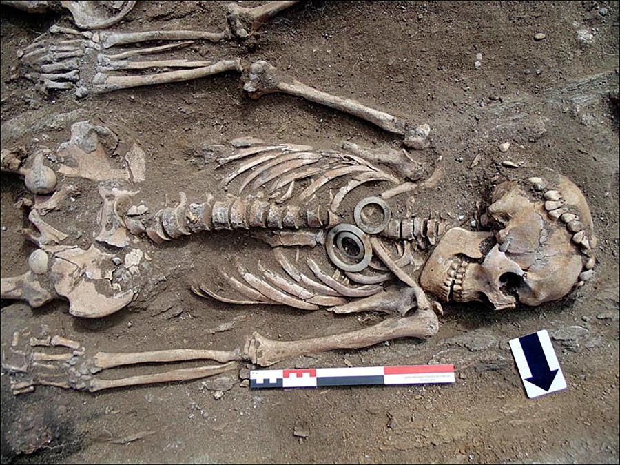 軟玉の輪が入っている埋葬地