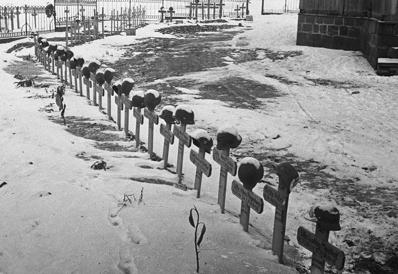 Cementerio en el pueblo de Buzinovka, donde están enterrados los soldados y oficiales alemanes que murieron en la batalla de Stalingrado durante la Gran Guerra Patria, noviembrede 1942