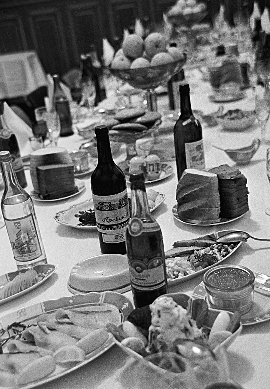 Meja pesta dengan makanan pembuka dingin, di mana tersaji sebotol Stolichnaya (di sebelah kiri), pada 1963.