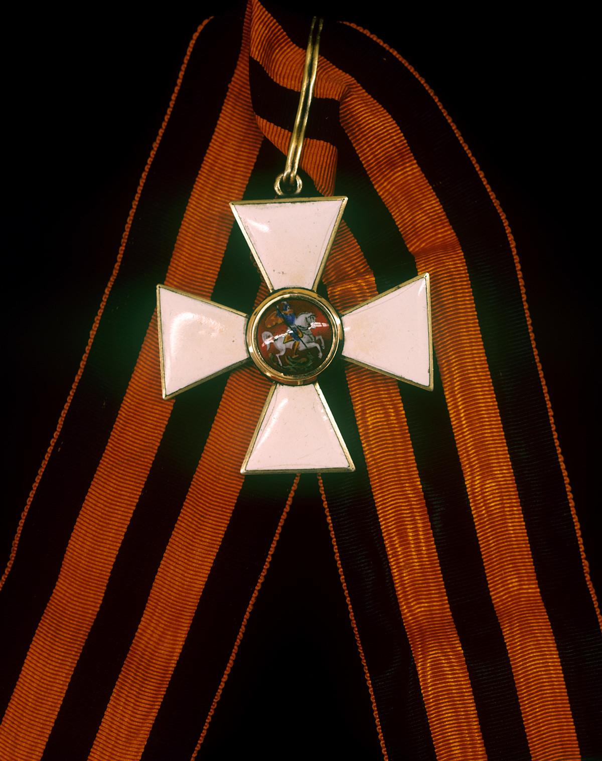 聖ゲオルギー勲章のリボンはオレンジ色で、3本の黒いストライプがあり、ロシアの「軍事的栄光の色」である火と火薬を象徴している。