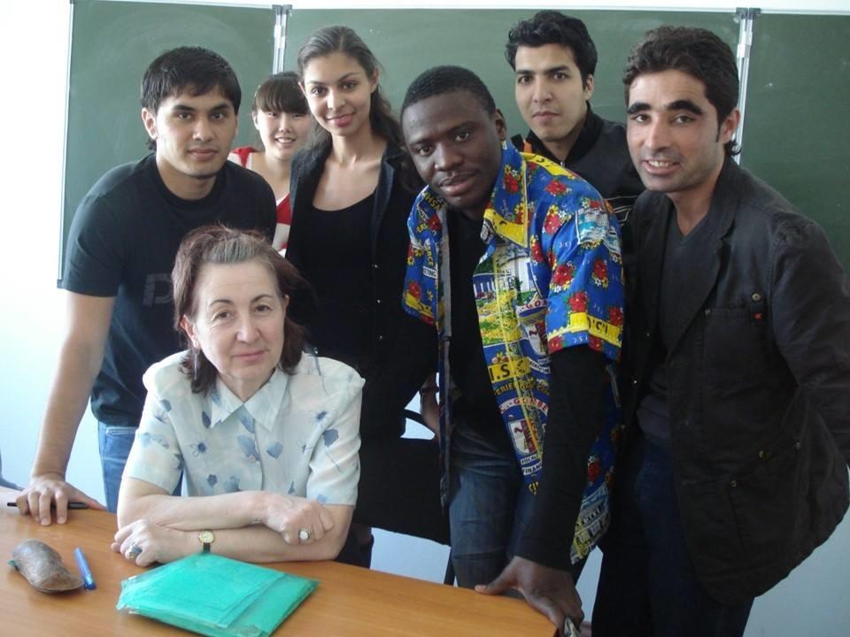 A brasielira Inayê Brito (centro) com colegas na RUDN.