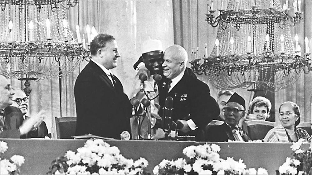 Na inauguração da RUDN, o líder soviético Nikita Khruschov faz jus ao nome da universidade.