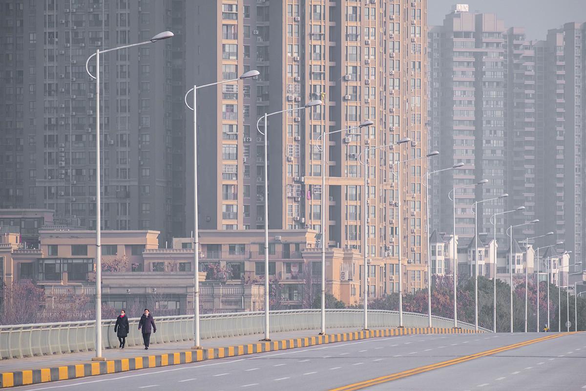 Suasana jalan di Wuhan, Kamis (30/1).