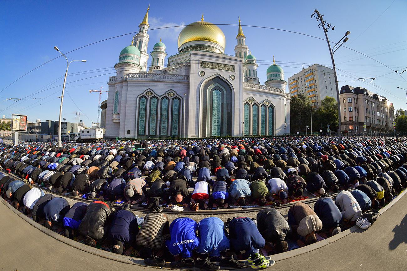 犠牲祭を祝っているイスラム教徒たち、モスクワ中央モスク