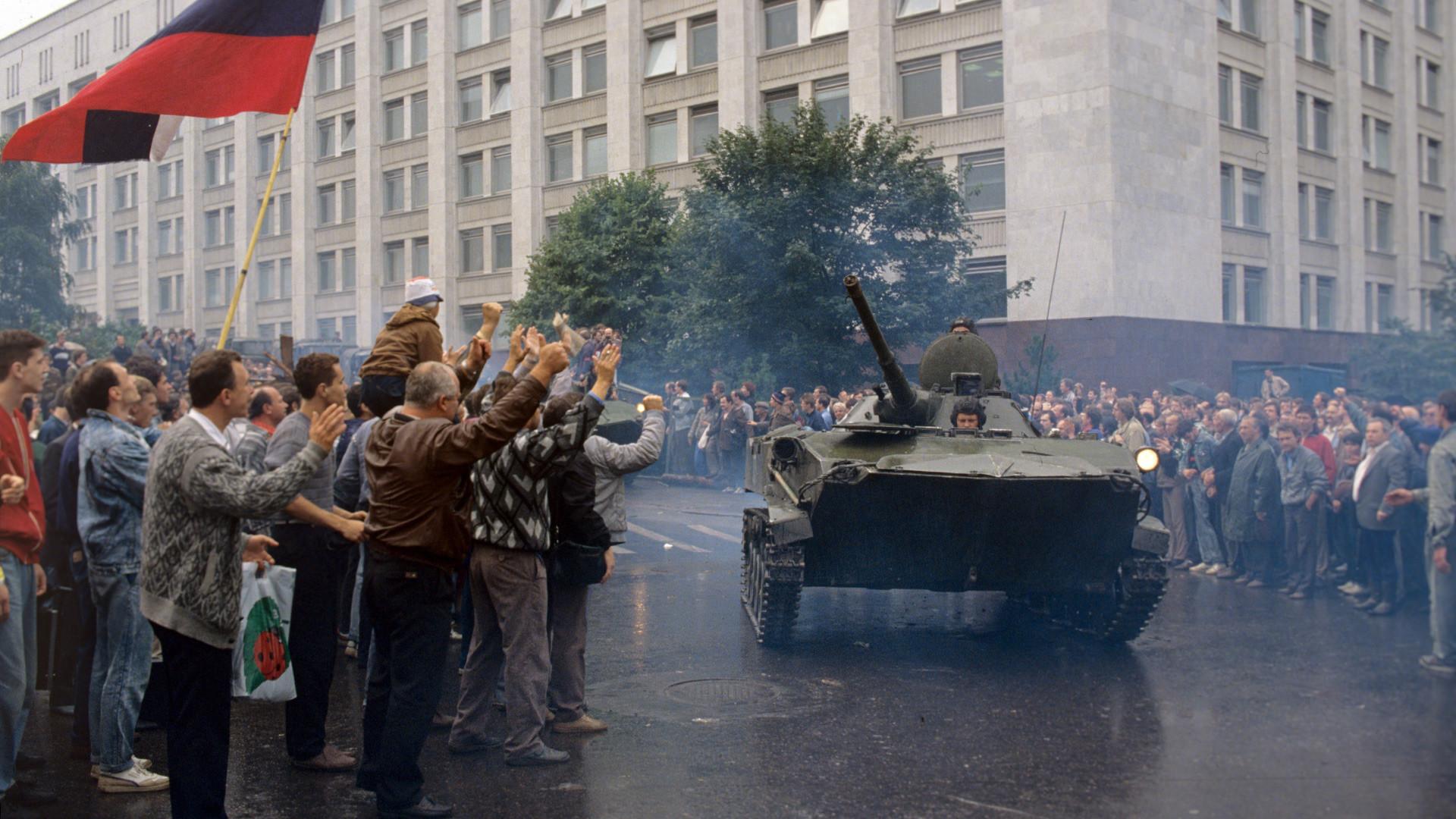 Les unités militaires ayant pris le parti du Parlement russe devant le bâtiment du Soviet suprême de la RSFSR
