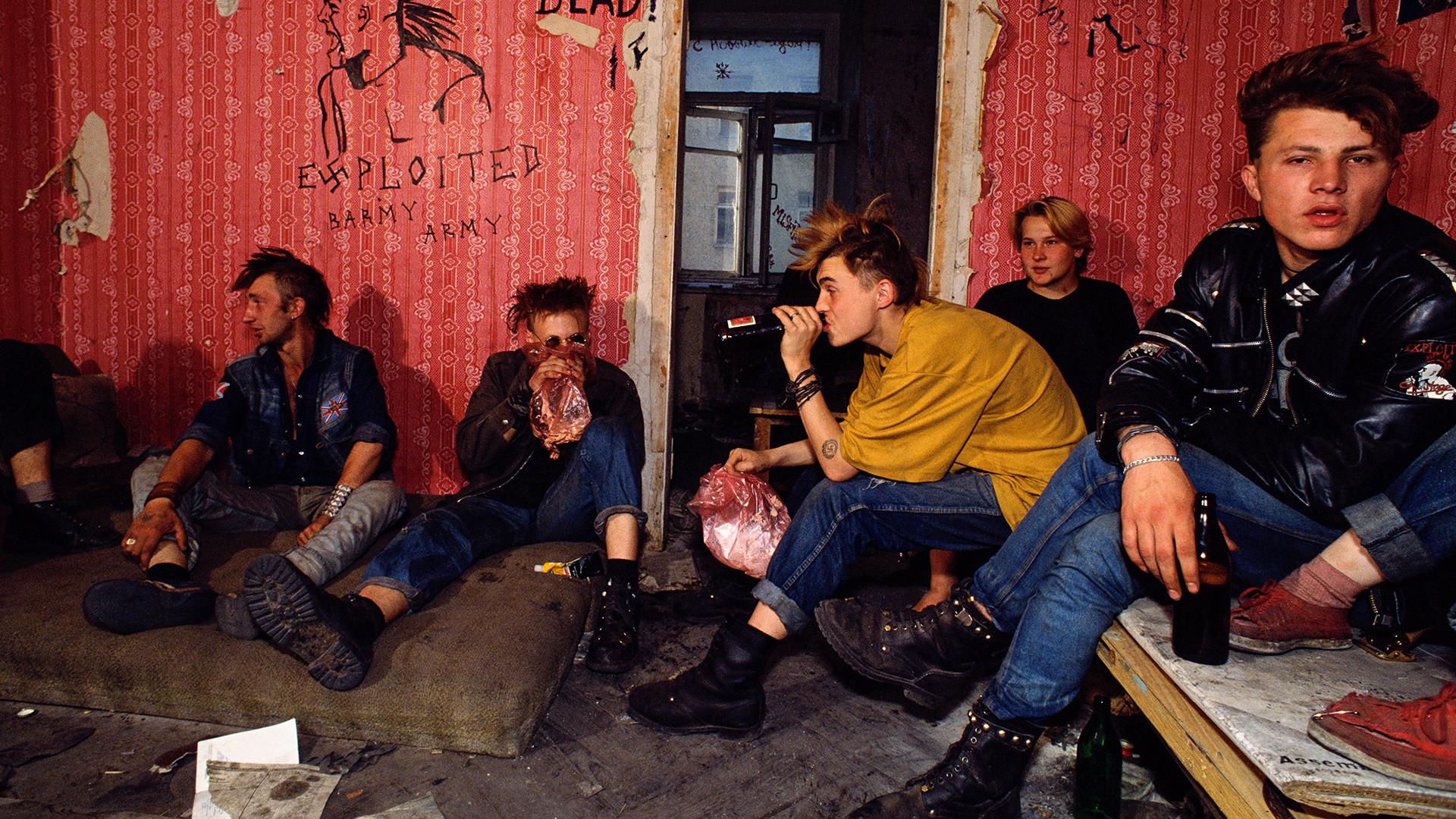 Des punks russes vivant dans un bâtiment abandonné près de la place Pouchkine, où ils survivent grâce aux poubelles de Pizza Hut et de McDonald's, ainsi qu'en mendiant.
