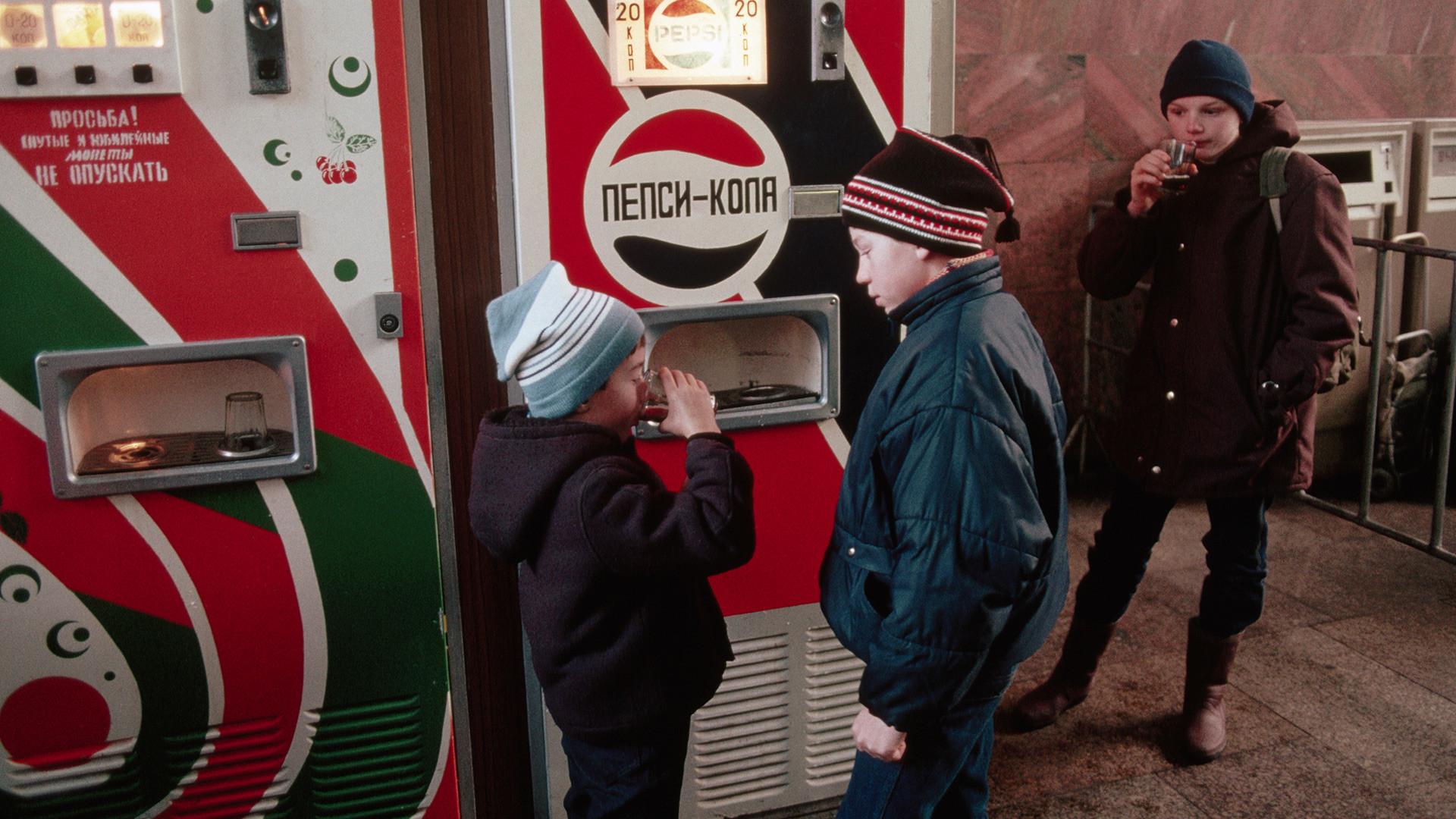 Des enfants russes buvant du Pepsi.