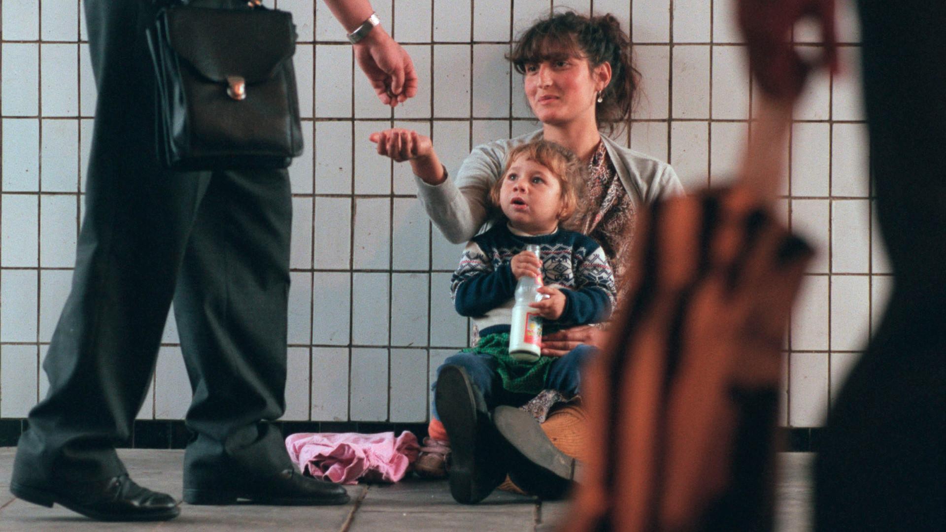 Maria et sa fille Maria, âgée de 4 ans, mendient dans un passage souterrain de Moscou. De nombreuses personnes originaires des anciennes républiques soviétiques ont afflué à Moscou à la recherche d'un emploi mais se sont retrouvées à la rue.