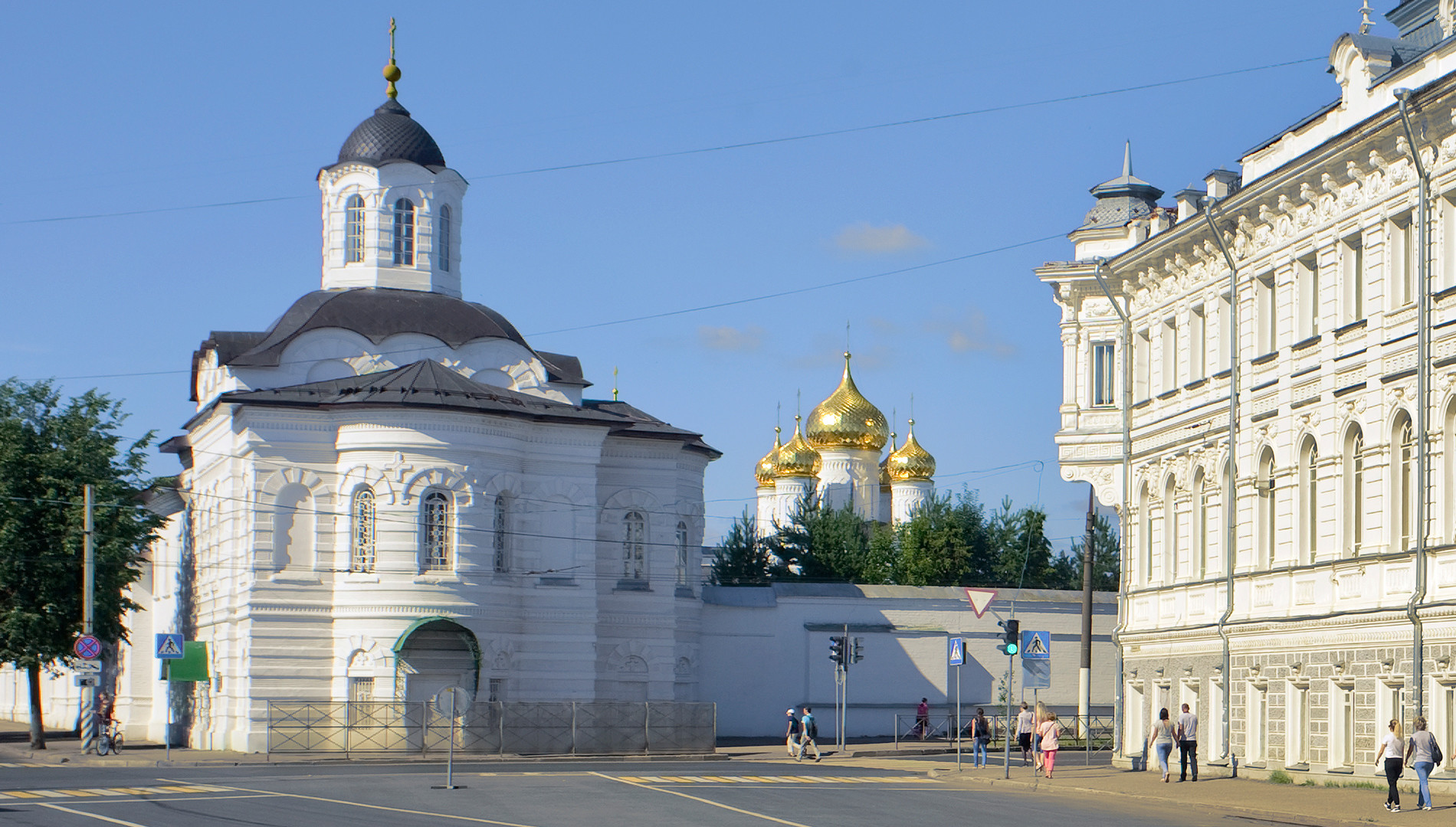 Kostroma. Epiphany-St. Anastasia Convent. From left: Church of Smolensk Icon of the Virgin, Epiphany Cathedral, Tretyakov Building. August 12, 2017.